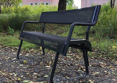 Bänk i parkmiljö_526x512